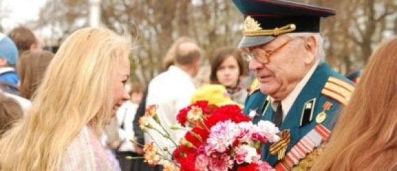 ветерану дарят цветы