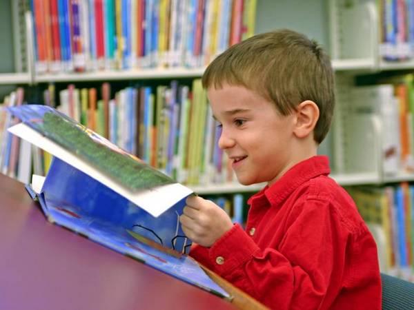 ребенок с интересом читает