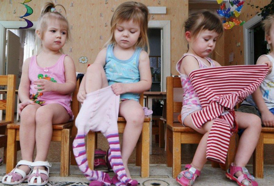 дети переодеваются в детском саду