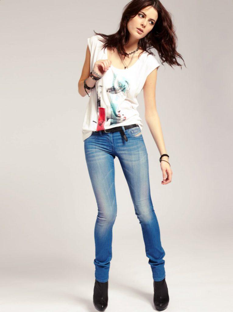 девушка в джинсах зауженных