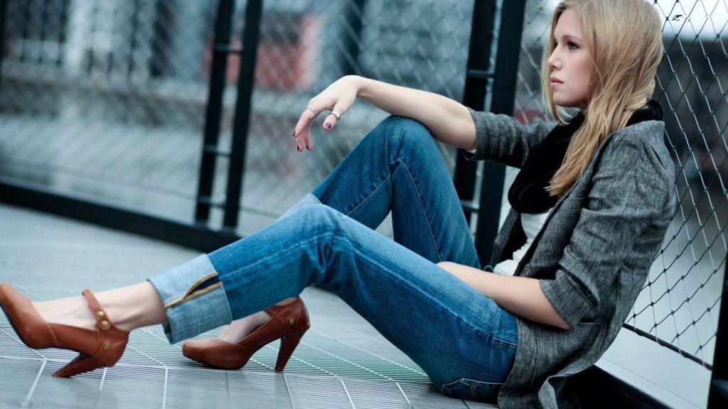 девушка с джинсах на полу