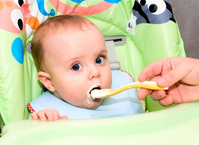 ребенок кушает творожок